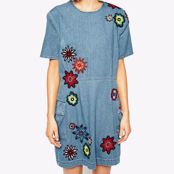 Джинсовое платье с аппликацией